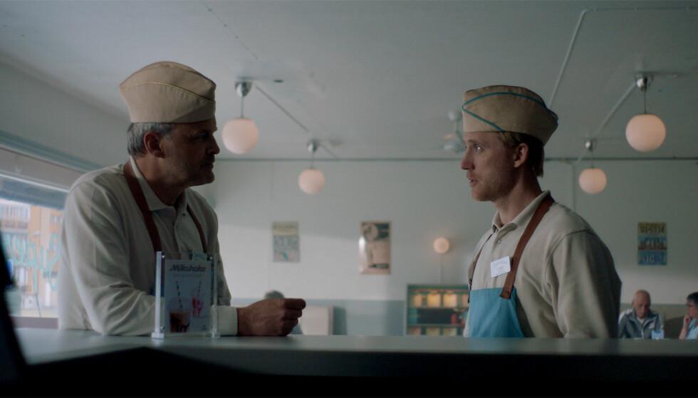 PÅ JOBB: Øystein og Jonas, spilt av Johan Rheborg og Thorbjørn Harr. Foto: TV 2