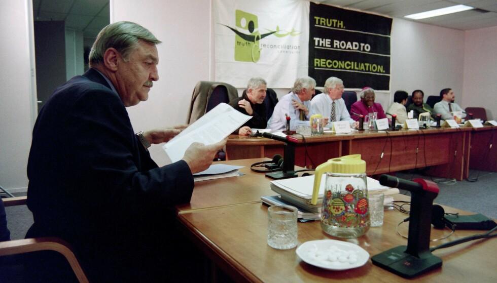 «PINGVINEN:» Tidligere utenriksminister «Pik» Botha forklarer seg for Sannhetskommisjonen i Johannesburg i 1997. Foto: Odd ANDERSEN / AFP / NTB Scanpix