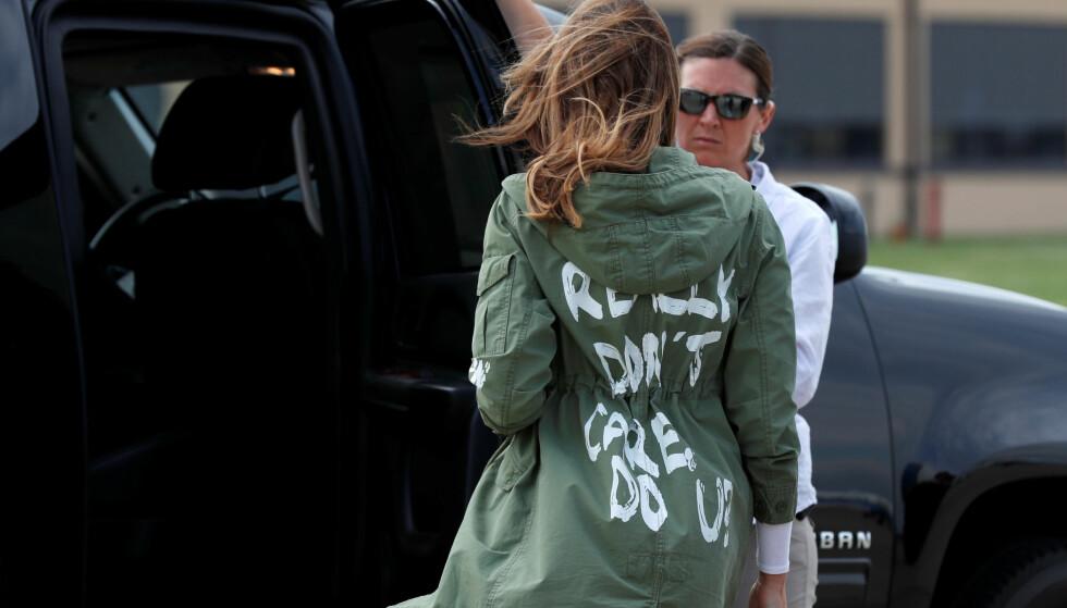JAKKA: Da Melania Trump besøkte en barneleir i Texas i juni, hadde hun på seg denne jakka. På ryggen står det «I really don't care. Do u?». Foto: Kevin Lamarque / Reuters / NTB Scanpix