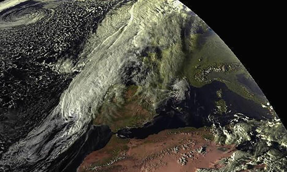 «Zombieorkan»: Her ser du et satelittbilde av «Zombieorkanen» som truer Portugal og Spania. Foto: NTB Scanpix