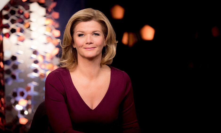 FREDAGSDRONNING: Programleder Anne Lindmo nyter høye seertall for talkshowet «Lindmo». Foto: NRK
