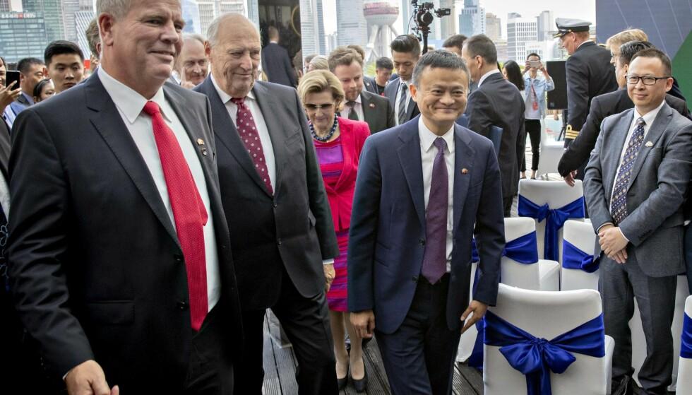 I SHANGHAI: Norsk laks var i fokus under arrangementet i Shanghai i dag, der Jack Mas (i midten med lilla slips) var tilstede sammen med det norske kongeparet. Foto: Bjørn Langsem
