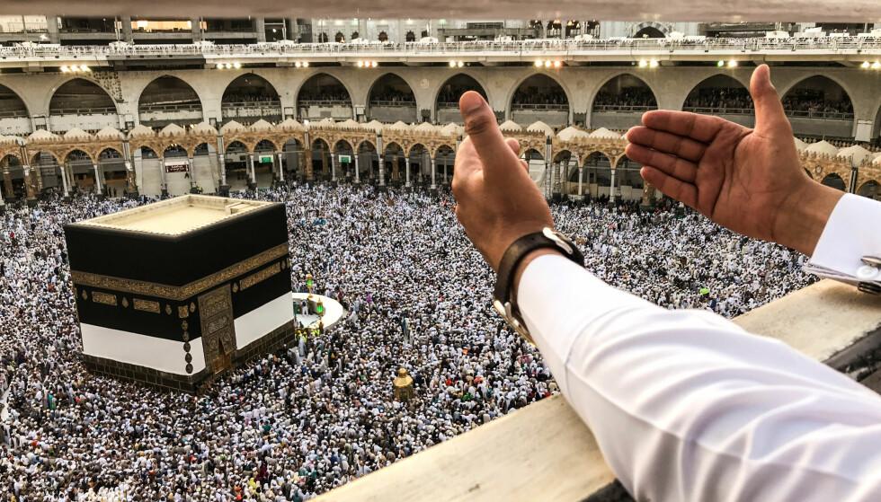 FEIL RETNING: De troende som jevnlig har besøkt en moské i Tyrkia har vendt seg i feil retning hver gang de har gjennomført en bønn i de siste 37 årene. I stedet for å vende seg mot Mekka, som vist på bildet, har de vendt seg i motsatt retning. Foto: NTB Scanpix