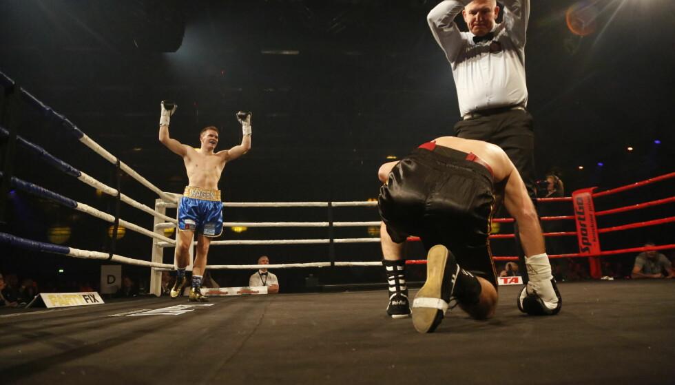 JUBLER: Alexander Hagen strekker armene i været når dommeren bryter etter full telling. Foto: Eivor Eriksen