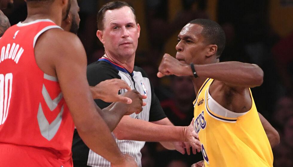 RETT VENSTRE: Rajon Rondo langer ut med knyttet neve mot Chris Paul i nattens oppgjør mellom Lakers og Rockets. Foto: NTB scanpix