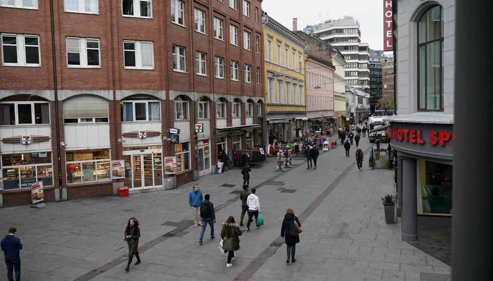 OMSTRIDT GATELØP: Brugata sett nedenfra, med Gunerius kjøpesenter øverst til venstre. Foto: John Terje Pedersen