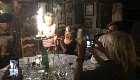 JA, MÅ DE LEVA: Den franske skuespilleren Brigitte Bardot feiret sin 84-års dag i slutten av september med middag hos sin gode venninne Edna Falao. Da var fortsatt restauranten som den pleier. Foto: Privat
