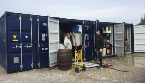 MIDLERTIDIG: Før arbeidet med bygging av ny restaurant starter på nyåret, oppbevarer Edna Falaos sønn Manuel (t.v.) møbler i innleide containere. Foto: Privat