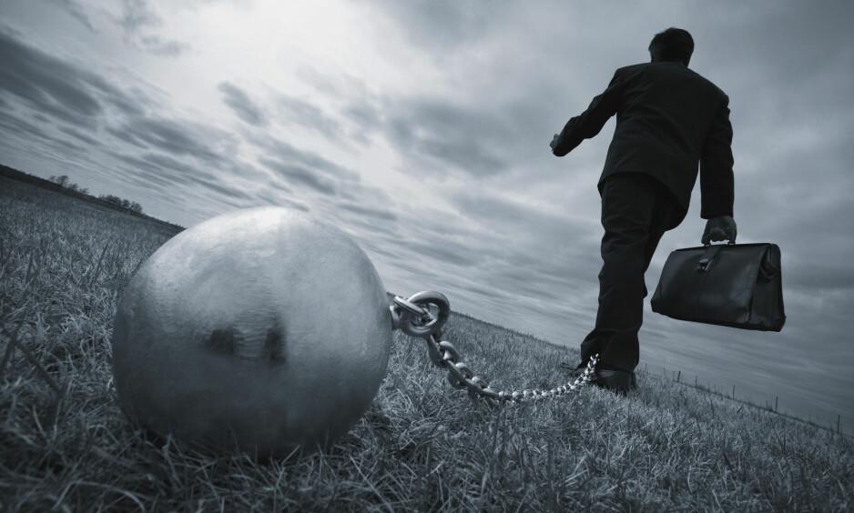 TUNG BØR: Et inkassobyrå skal være en nøytral tredjepart som hjelper kreditor med inndrivelse av forfalte pengekrav. Slik er det ikke lenger, skriver kronikkforfatteren. Foto: Shutterstock / NTB Scanpix