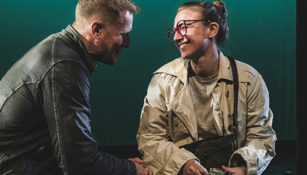 NÅR DEN SNART DØDE VÅKNER: Ektemannen (Frode Winther) har vært død lenge. Nå skal også Brille (Heidi Gjermundsen Broch) dø. Men først må hun leve litt mer. Foto: Dag Jenssen, Det Norske Teatret