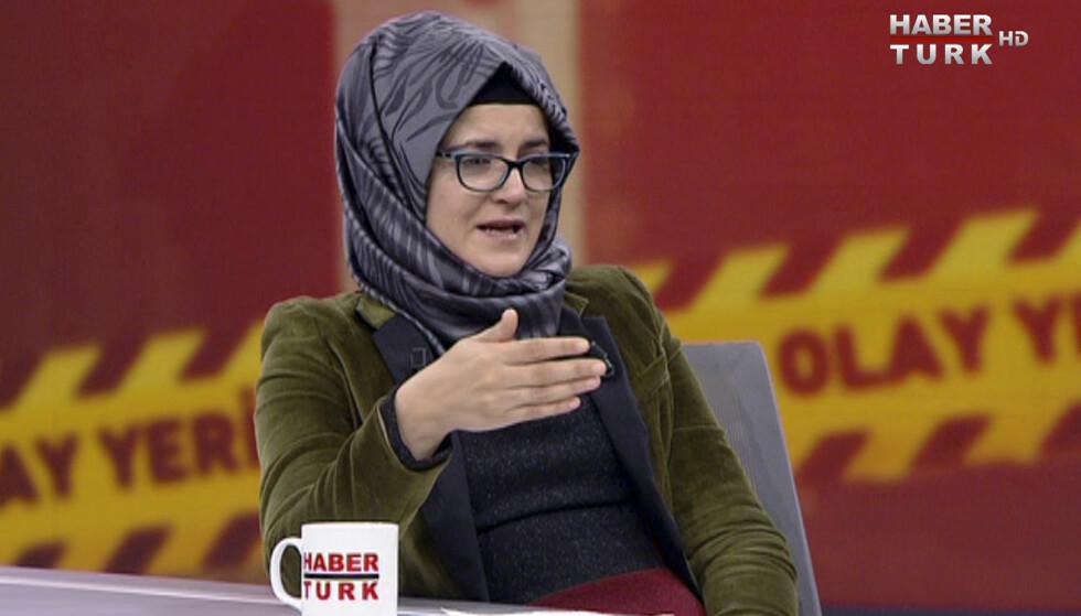 ETTERLYSER STRAFF: Hatice Cengiz maner verden til å fortsette å kreve straff for dem som sto bak drapet på Jamal Khashoggi. Her er hun i et tyrkisk tv-program for å fortelle om drapsdagen. Foto: HaberTurk TV via AP /NTB