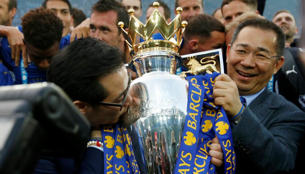 SJOKKET: Vichai Srivhaddanaprabha (t.h.) holder Premier League-tittelen etter Leicester Citys gullsesong i 2015/2016. Foto: NTB scanpix