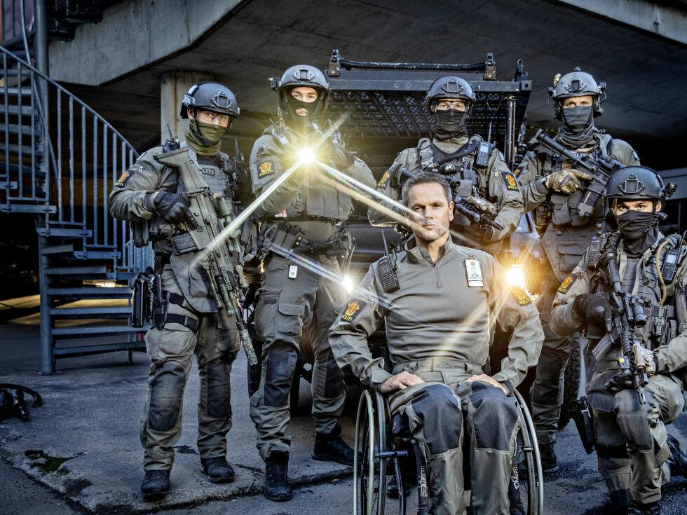 Trond var første politimann på Utøya. Nå velger han framtidas elitestyrke fra rullestolen