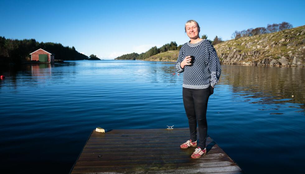 CECILIES PLASS: På denne flytebrygga kan Cecilie Leganger tilbringe timesvis med bare å titte ut på havgapet. Nå kommer hun med bok. Foto: Øistein Norum Monsen/Dagbladet.