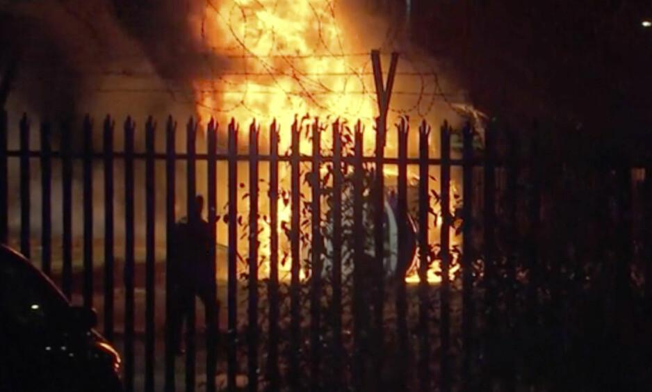 I FULL FYR: Det brennende helikopter utenfor Leicester hjemmebane lørdag kveld. Foto: Pool Photo via AP / NTB scanpix.