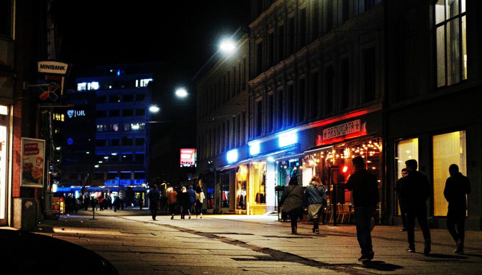 BRUGATA: Gjestene og kundene holder seg unna Brugata om kvelden, til stor frustrasjon for de næringsdrivende i gata. Nå krever Olav Thon Gruppen at kommunen og politiet blir med på å rydde opp. Foto: Frank Karlsen
