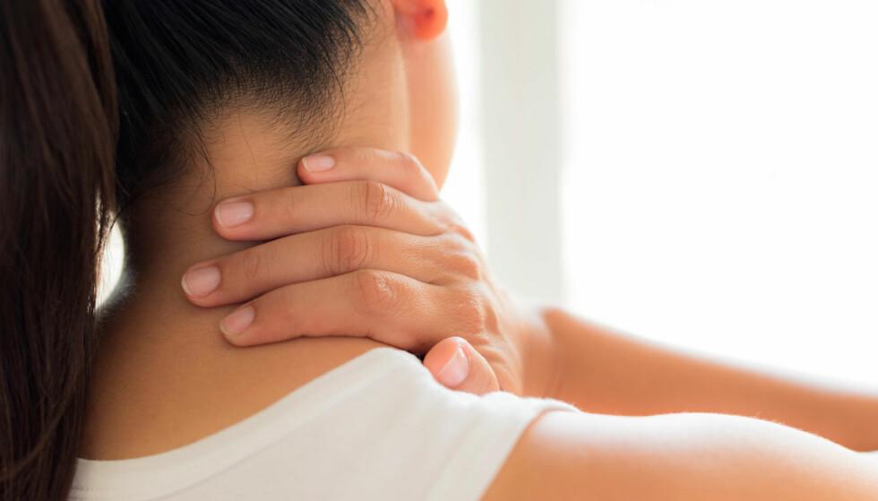 KREVENDE TIDER: Noen av de vanligste årsakene til nakkesmerter er stress og lite bevegelse. I artikkelen blir du anbefalt konkrete øvelser du kan utføre hjemme, og som hjelper mot nakkevondt. Foto: lommelegen.no