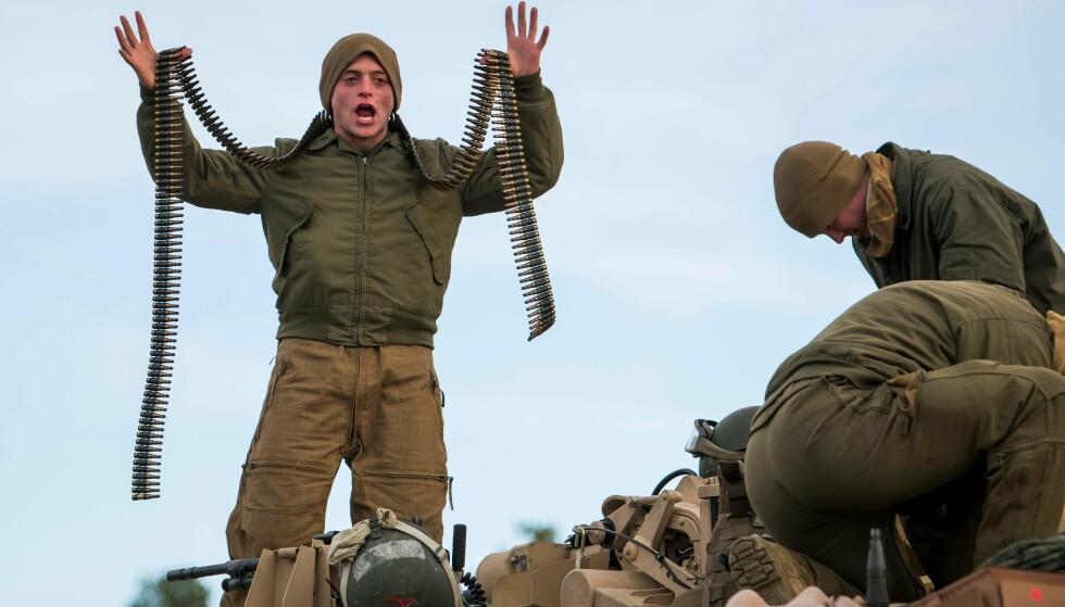 <strong>KRITISK TIL ØVELSEN PÅ NORSK JORD:</strong> Den russiske ambassaden stiller seg kritisk til NATO-øvelsen «Trident Juncture» på norsk jord. Her er befal Luis Penichet i den amerikanske marinen under en av øvelsene i Oppdal på torsdag. Foto: AFP