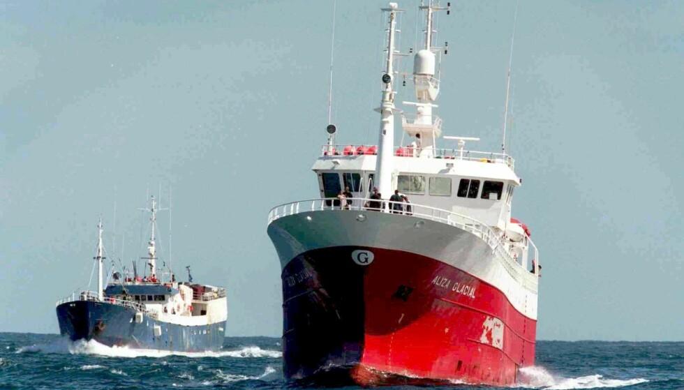 TANNFISK: To fiskebåter på jakt etter patagonisk tannfisk i Antarktis. Foto: AP / NTB scanpix