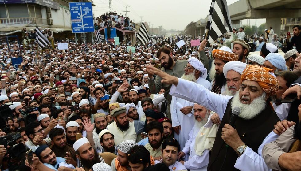 STERKE REAKSJONER: Islamistiske grupper ble svært opprørt over frifinnelsen av Asia Bibi. Her Maulana Fazalur Rehman (t.h.), leder for partiet Jamiat Ulema Islam, og tilhengere i Peshawar i går. Foto: Abdul Majeed / AFP / NTB Scanpix