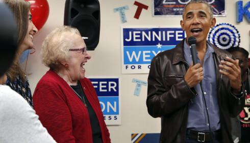 BESØK: Tidligere president Barack Obama kom på overraskelsesbesøk til frivillige valgkampmedarbeidere i Fairfax i Virginia mandag. Foto: Jacquelyn Martin / AP / NTB scanpix
