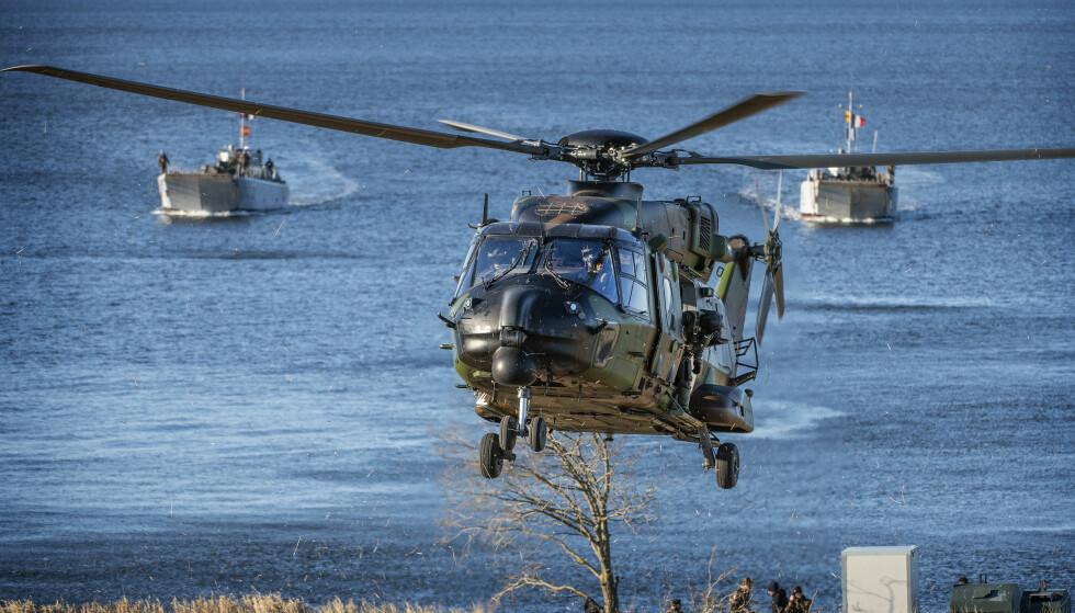 Dyrebare timer: To franske landingsfartøy og et NH90-helikopter under øvelsen Trident Juncture 2018. Foto: Hans Arne Vedlog / Dagbladet