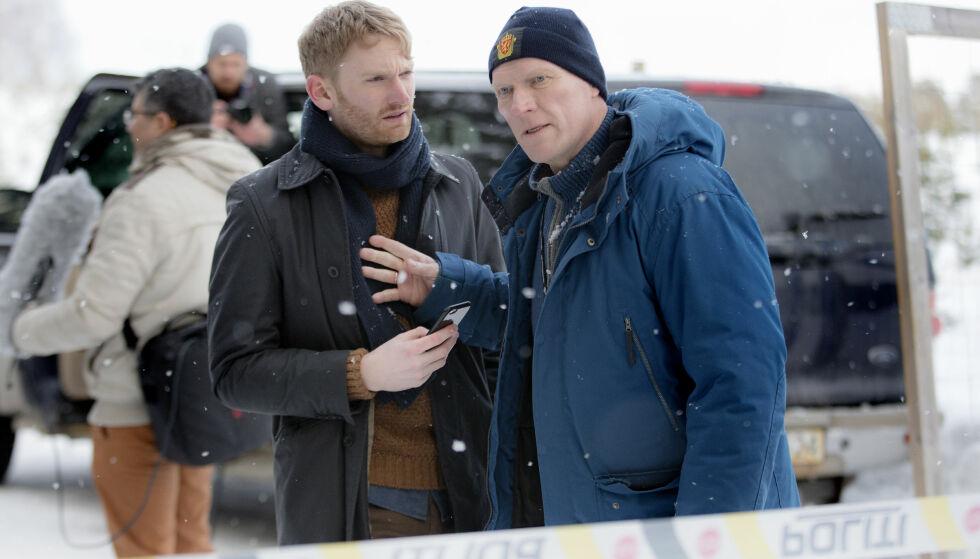 HOVEDROLLE: Sven Nordin som drapsetterforsker Willliam Wisting i den kommende serien «Wisting». Skuespiller Daniel Frikstad til venstre. Foto: Agnete Brun / Cinenord