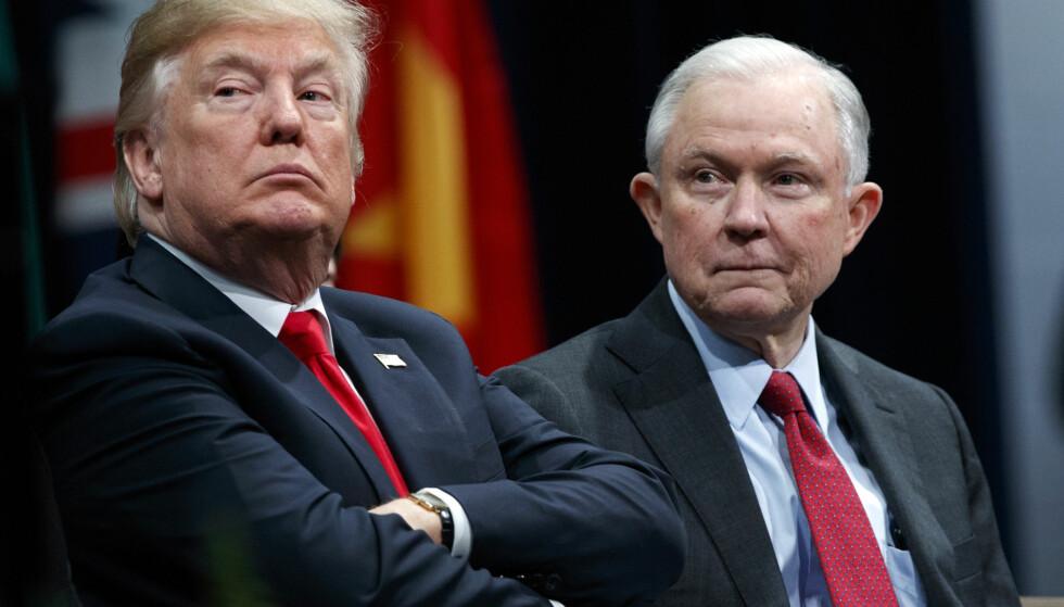 ETTERFORSKET: Daværende justisminister, Jeff Sessions (t.h.), etterforsket lekkasjer knyttet til Donald Trumps kontakter med Russland. Foto: AP Photo/Evan Vucci, File