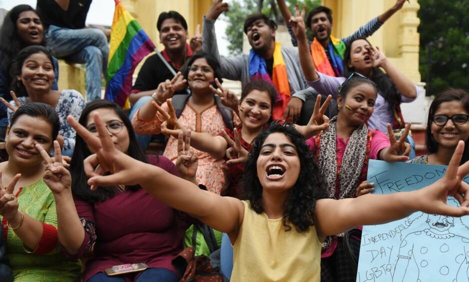 <strong>SKEIVE RETTIGHETER:</strong> 6. september kom indisk høyesterett med en 493-sider lang dom om skeives rettigheter, kjønnskamp og kjærlighet. Vi trenger den dommen nå, skriver innsenderen. Her feirer Awadh Pride Committee etter dommen. Foto: Subhankar Chakraborty / Hindustan Times / REX / NTB Scanpix