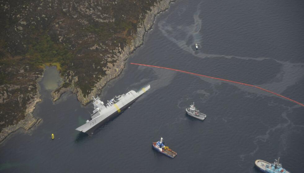 Her ligger fregatt KNM Helge Ingstad med slagside etter en kollisjon med en tankbåt ved Stureterminalen i Øygarden. Alle i fregatten ble evakuert. Foto: Kystverket / NTB scanpix