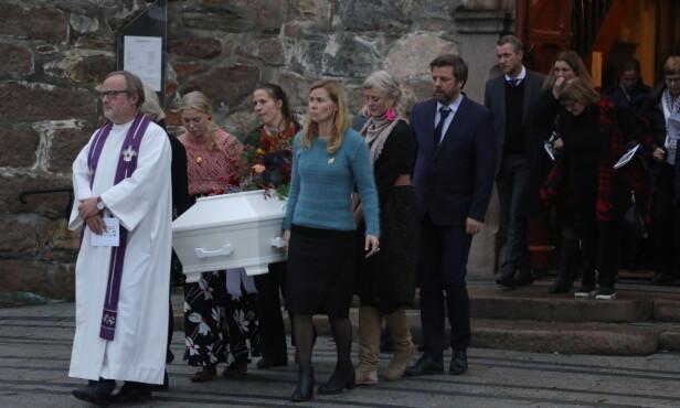PREGET: Her blir kisten båret ut av kirken. Foto: Morten Eik