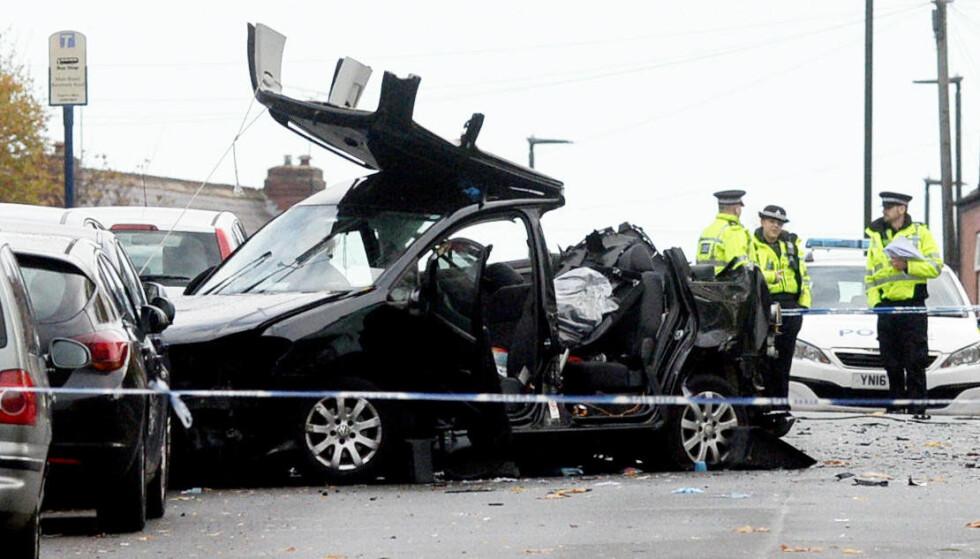 TOTALVRAK: Volkswagen Touranen de omkomne satt i, er fullstendig smadret etter sammenstøtet med Golfen. Foto: SWNS / NTB Scanpix