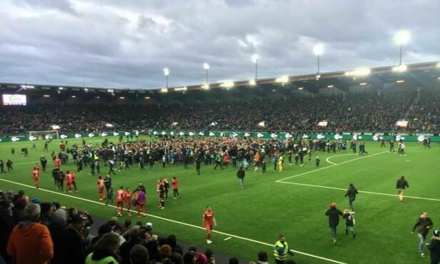 EKSTASE: Publikum stormet banen da Vikings opprykk var et faktum. FOTO: THOMAS SÆBØ