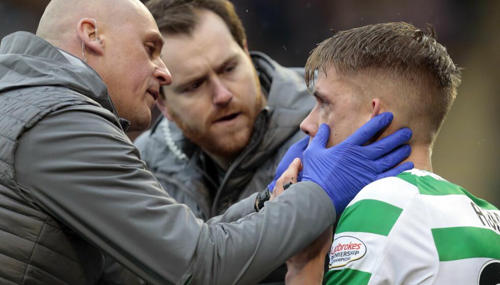 HODESMELL: Kristoffer Ajer måtte ut etter å ha pådratt seg en hodeskade i møtet med Livingston søndag. Foto: NTB/Scanpix