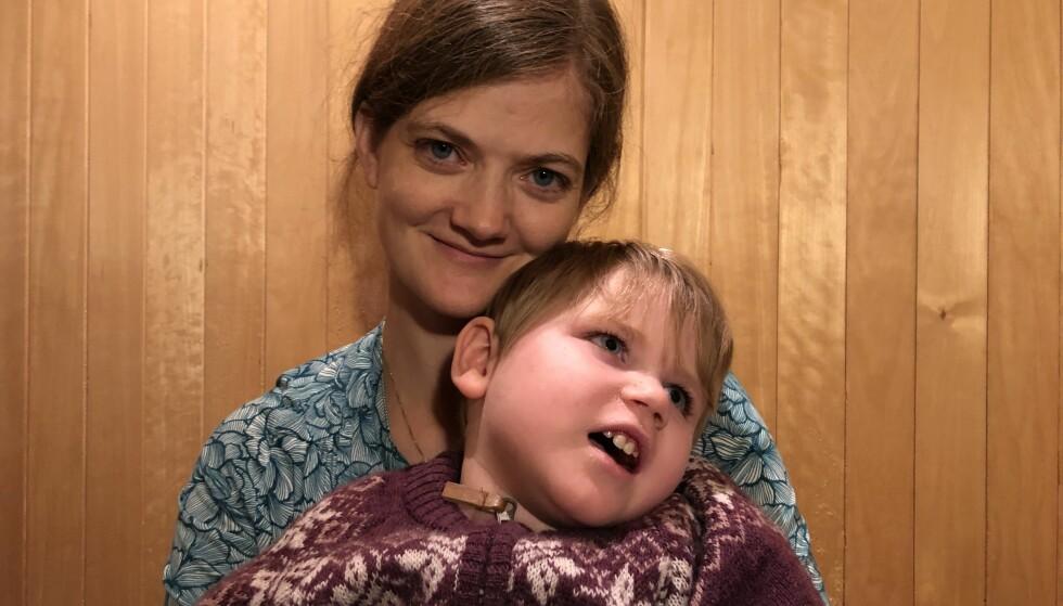 BLE LIVSVARIG SYK: Helle Cecilie Palmes datter, Aurora på tre år, ble livsvarig syk bare fem måneder etter at hun ble født frisk. Den dagen pleiepengene tar slutt, tvinges Palmer til å velge mellom jobben og sitt syke barn. Foto: Privat