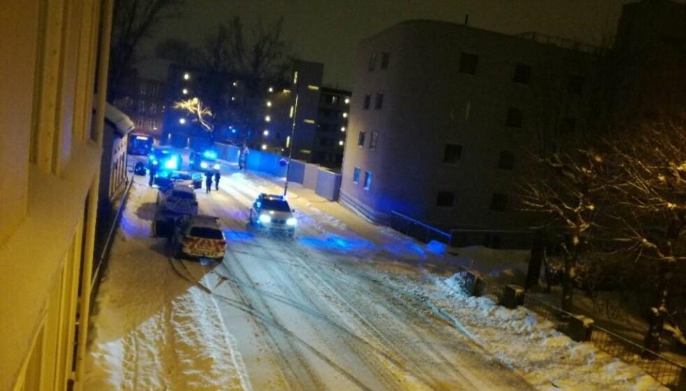 """SKYTING PÅ LAMBERTSETER: Her stopper Oslo-politiet tre biler i St. Hallvards gate etter skyting på Lambertseter natt til 12. mars i år. Nå står de tiltalte i Oslo tingrett. Mandag var det noen som ville """"snakke"""" med dem midt i Oslo sentrum foran tinghuset. Foto: Tipser."""