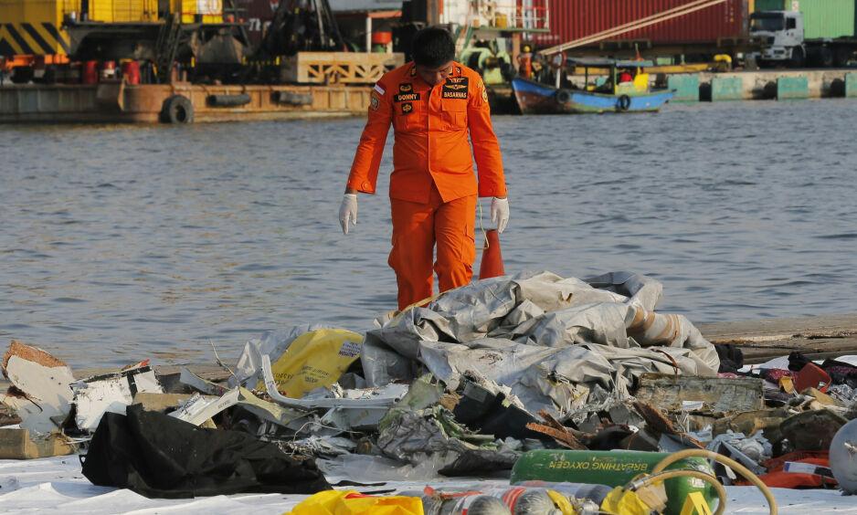 FLYSTYRT: En redningsarbeider ser på vrakrestene som ble funnet etter at et Lion Air-fly styrtet utenfor øya Java 29. oktober. Foto: AP / NTB scanpix