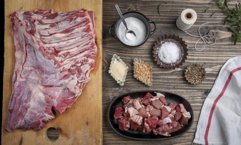 1. Her er det du trenger for å lage en lammerull fra bunnen: En lammeside, ekstra lammekjøtt og en teskje av ingrediens: salt, sukker, gelatinpulver, pepper og ingefær. I tillegg trenger du hyssing, et kjøkkenhåndkle - samt en stor kjele og noe å presse med.