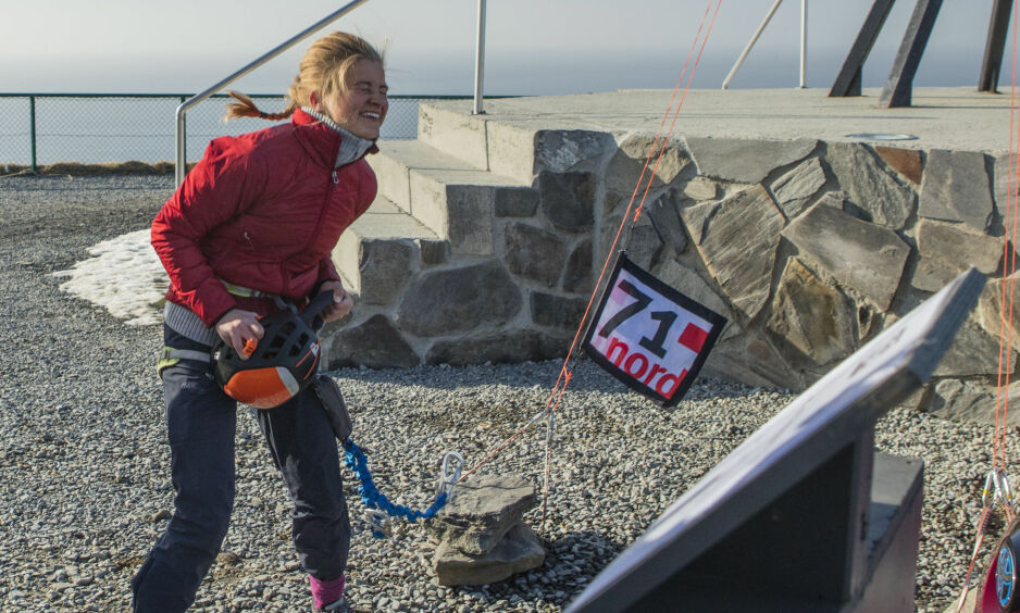 SEIERSBRØL: Anine Ahlsand var 21 år da hun stakk av med seieren i «71 grader nord», og ble dermed tidenes yngste vinner av programmet. Hun har planene klare for hvordan premien skal brukes. Foto: Matti Bernitz / Discovery