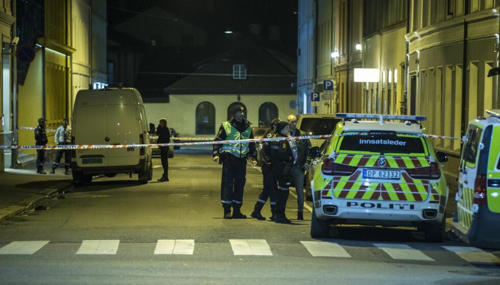 VOLD MOT POLITIET: Natt til fredag ble en mann i 20-åra knivstukket i Oslo sentrum. Da politiet kom til stedet ble politiet møtt av flere personer som var aggressive mot dem. Foto: Vidar Ruud / NTB scanpix
