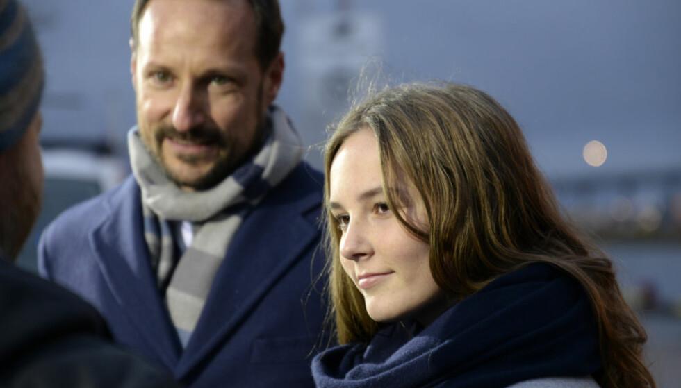 STOLT: Lørdag formiddag døpte prinsesse Ingrid Alexandra et nytt forskningsskip. Kronprins Haakon var tydelig stolt av datteren. Foto: Rune Stoltz Bertinussen / NTB Scanpix