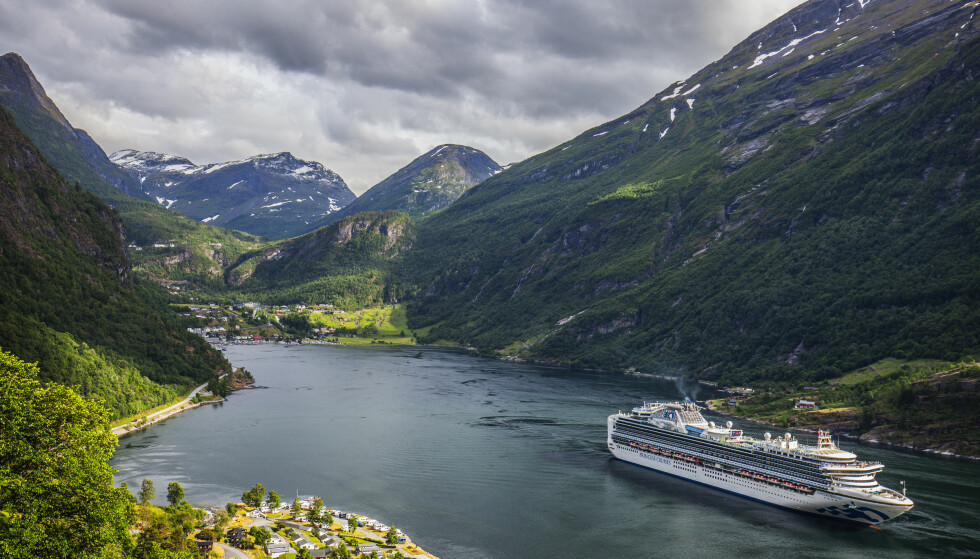 PÅ TOKT: Planen var at cruiseskipene «Pacific Princess» og «Sapphire Princess» skulle plukke opp et halvt tonn med skipsproviant på kaien i Bergen. Slik gikk det ikke. Her er «Sapphire Princess» på vei ut Geirangerfjorden i juni. Foto: Halvard Alvik / NTB scanpix