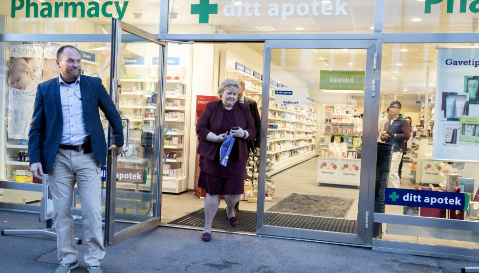 På apoteket: Statsministeren stikker innom et apotek på vei til møte. Foto: Vidar Ruud / NTB scanpix
