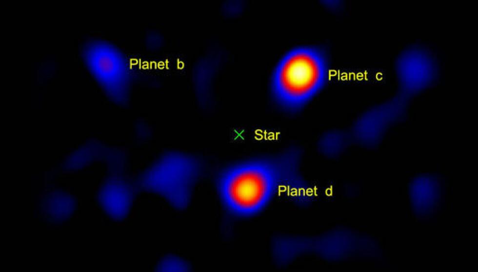 Dette bildet viser tre planeter som går i bane rundt stjernen HR8799 (markert med en X), som befinner seg 120 lysår unna. Lyset fra stjernen i sentrum av bildet er blokkert for å gjøre det mulig å se de lyssvake planetene. Bilde: NASA/JPL-Caltech/Palomar Observatory