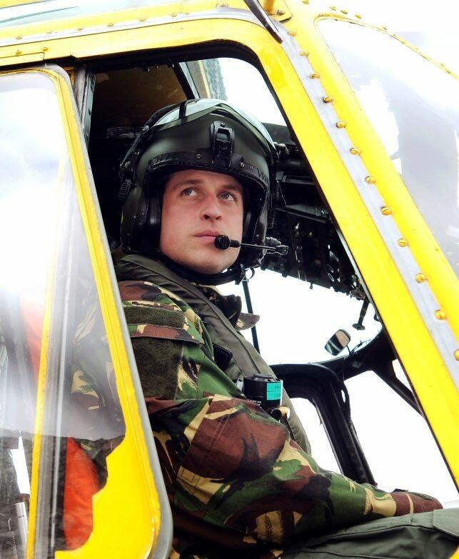 PILOT: Prinsen har jobbet som helikopterpilot tidligere, før han begynte i jobben som ambulansepilot. Her fra 2011. Foto: AFP / NTB Scanpix