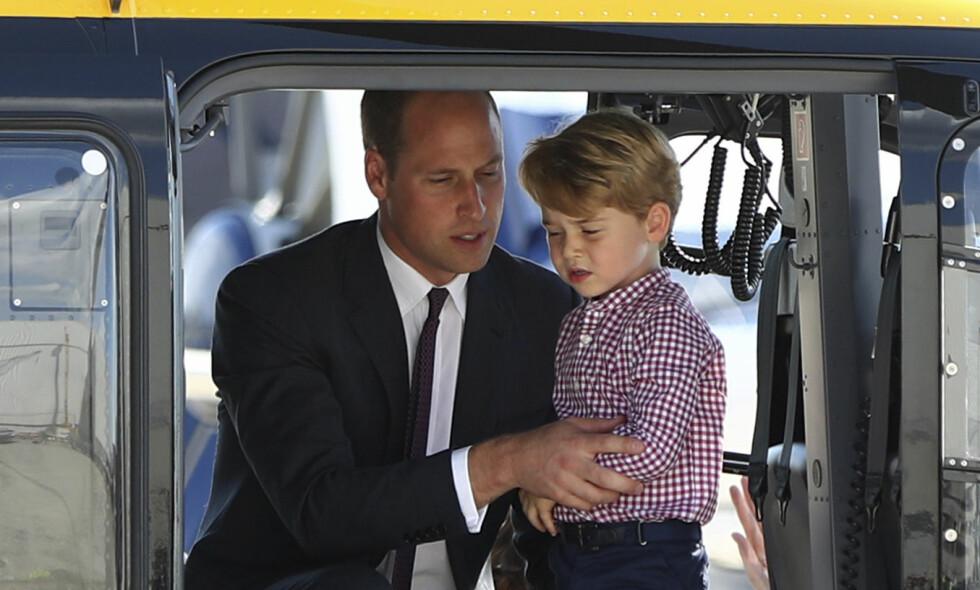 KREVENDE OPPDRAG: Prins William, her sammen med sønnen prins George, jobbet flere år som luftambulansepilot. Etter at han fikk barn endret alt seg. Foto: NTB Scanpix