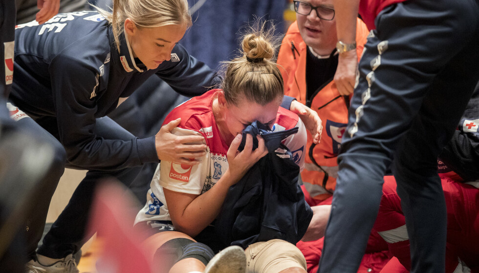 KNUST HÅNDBALLSTJERNE: Amanda Kurtovic trøstes av landslagskaptein Stine Bredal Oftedal etter kneskaden søndag i kampen mot Frankrike. FOTO: Vidar Ruud / NTB scanpix.