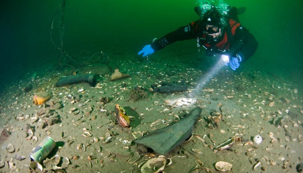 SØPPELHAUG: Havbunnen i Oslofjorden er dekket med avfall. Foto: Fredrik Myhre