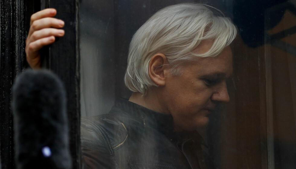 HEMMELIGE MØTER: Wikileaks grunnlegger Julian Assange fotografert på en balkong utenfor Ecuadors ambassade i London. Nå melder The Guardian at han skal ha fått besøk av en av Donald Trumps viktigste rådgivere. Foto: Peter Nicholls / Reuters / NTB Scanpix