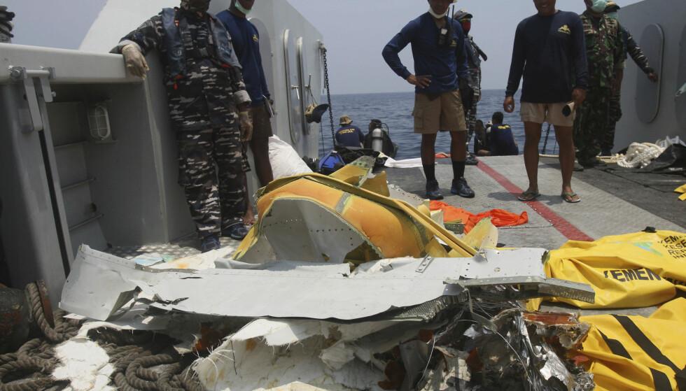 STYRTET: Vrakrester er hentet opp av sjøen utenfor øya Java i Indonesia. Foto: Binsar Bakkara / AP / NTB scanpix